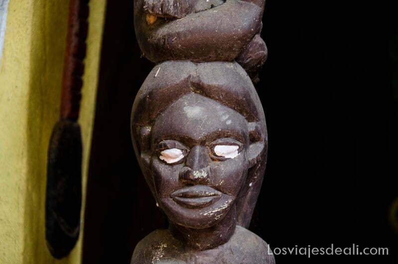 cabeza de mujer pintada de negro con ojos blancos en bosque sagrado de ouidah