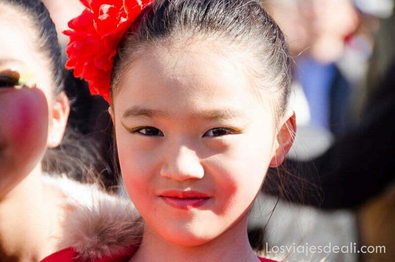 bailarina china con moño y clavel rojo en el pelo en el año nuevo chino en madrid