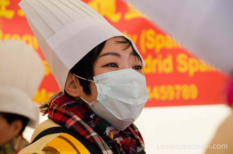 cocinera china con mascarilla en el año nuevo chino en madrid