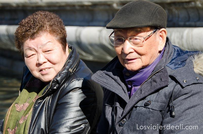 pareja de ancianos chinos en la plaza de españa