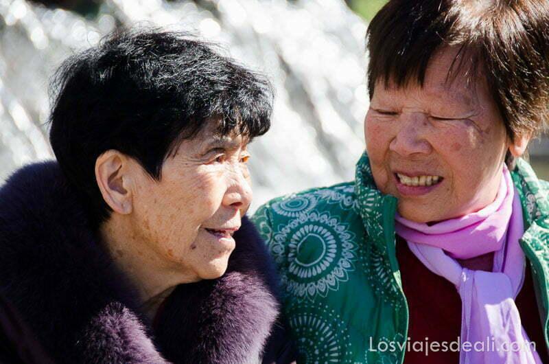 mujeres mayores chinas sonrientes en el año nuevo chino en madrid