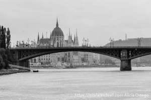 puente con parlamento de budapest al fondo