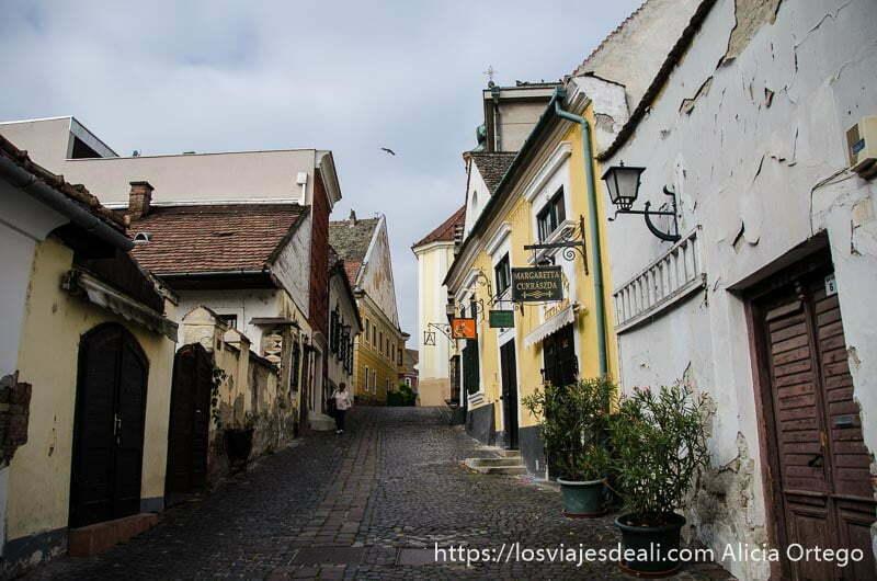 calle de subida con casas de un piso de colores en szentendre