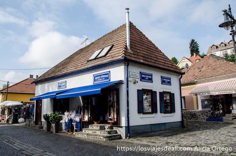 casa blanca con tejado muy inclinado donde está la tienda de la familia kovacs en szentendre