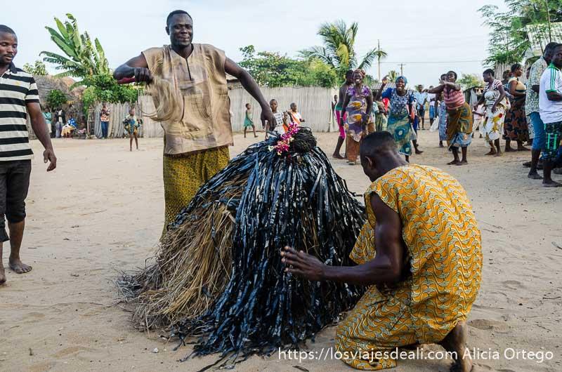 pequeña máscara cubierta de cintas negras en la ceremonia vudú de benin