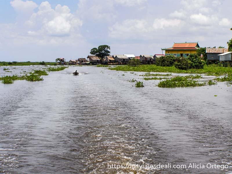 gran canal con estela de la barca y casas flotantes excursión cerca de los templos de angkor