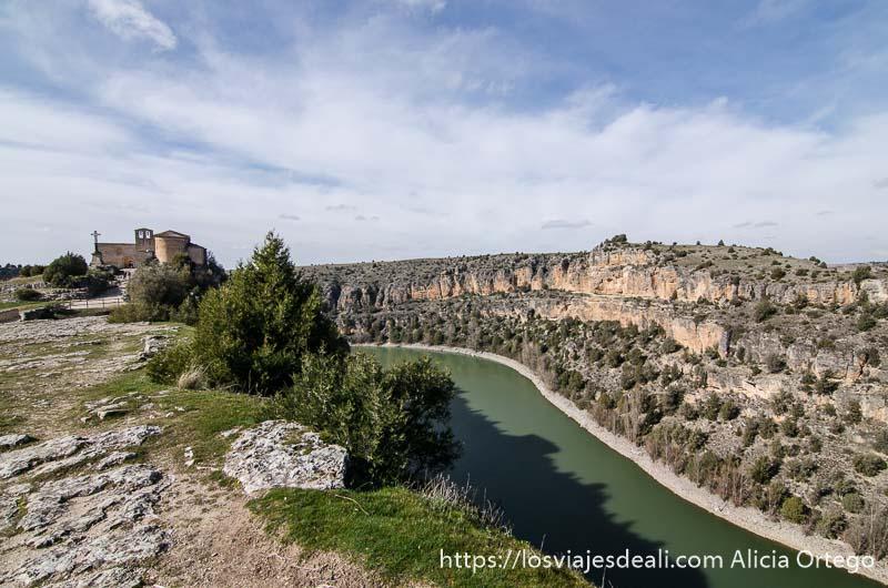 río a un lado y ermita románica a la izquierda en hoces del duratón
