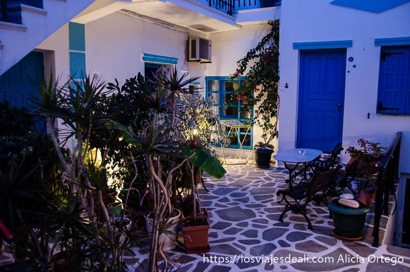 patio de guesthouse de naxos grecia en temporada baja