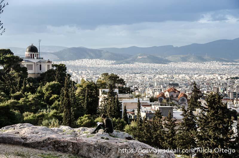 ciudad blanca de atenas desde colina con iglesia ortodoxa acrópolis de atenas y su museo