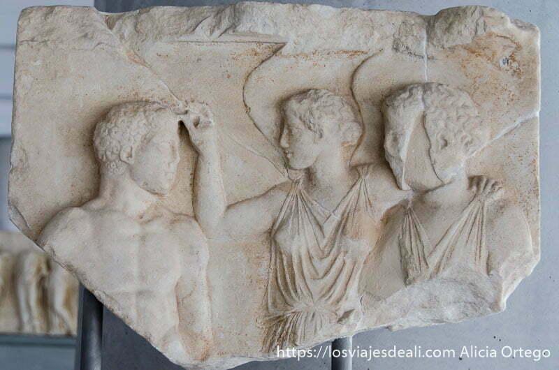 relieve de un hombre y una mujer tocándole la frente en el museo de la acrópolis de atenas