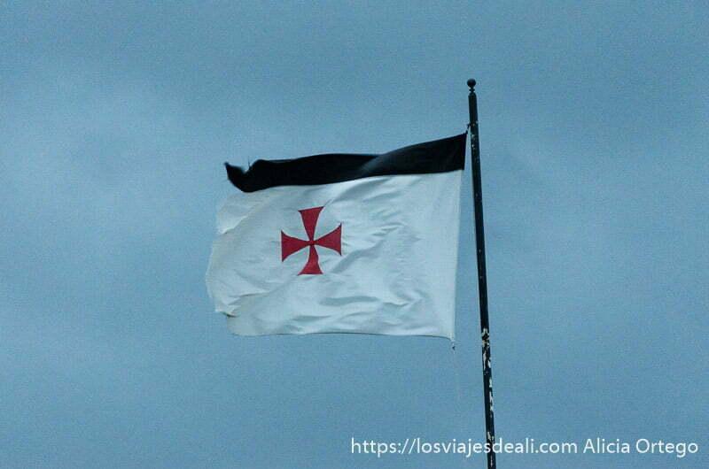 bandera de los cruzados con cruz de malta en color rojo ondeando al viento en jerez de los caballeros
