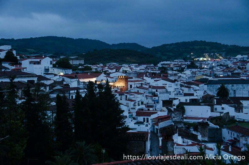 vista de jerez de los caballeros en la hora azul pueblo blanco con torre iluminada en el centro
