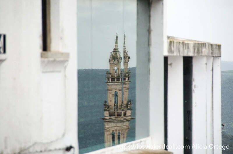 Reflejo de una de las torres de Jerez de los Caballeros en los ventanales de la Casa de Núñez de Balboa