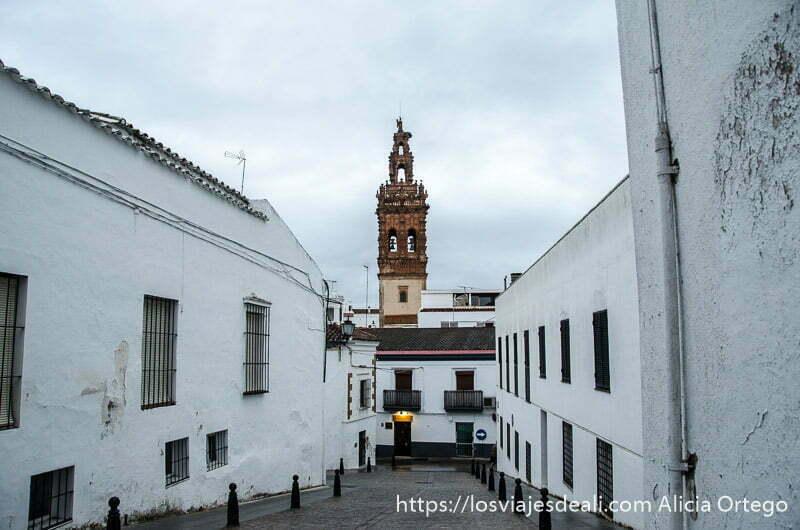 calle de jerez de los caballeros con iglesia al fondo y casas encaladas