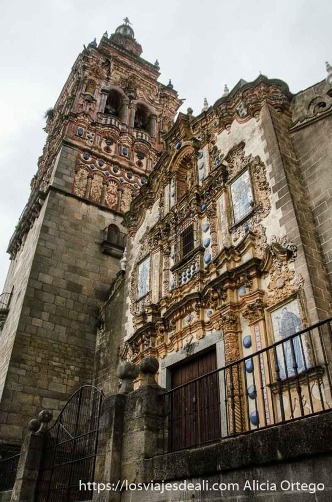 fachada y torre de iglesia de jerez de los caballeros