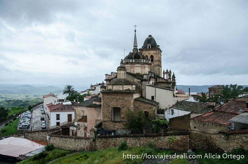 gran iglesia de jerez de los caballeros con campanario y dos cúpulas