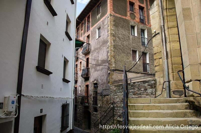 calle estrecha de zumaia con escaleras laterales de la iglesia a un lado