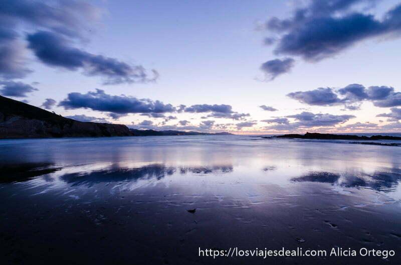playa de zumaia al atardecer con colores morados y rojos