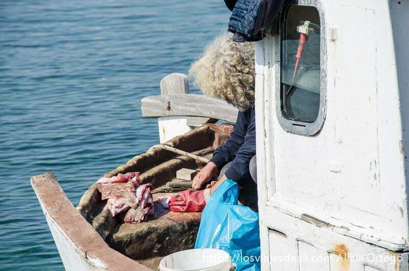 marinero cortando pescado en su barco de pesca en la capital de naxos