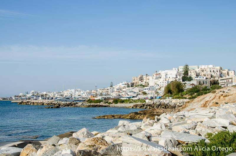 vista de la capital de naxos desde el paseo marítimo