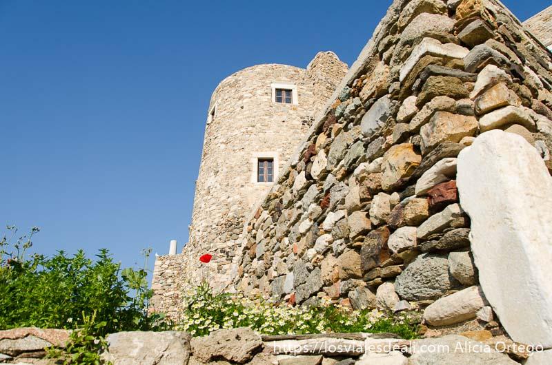 muralla de piedra y torre al fondo en la capital de naxos