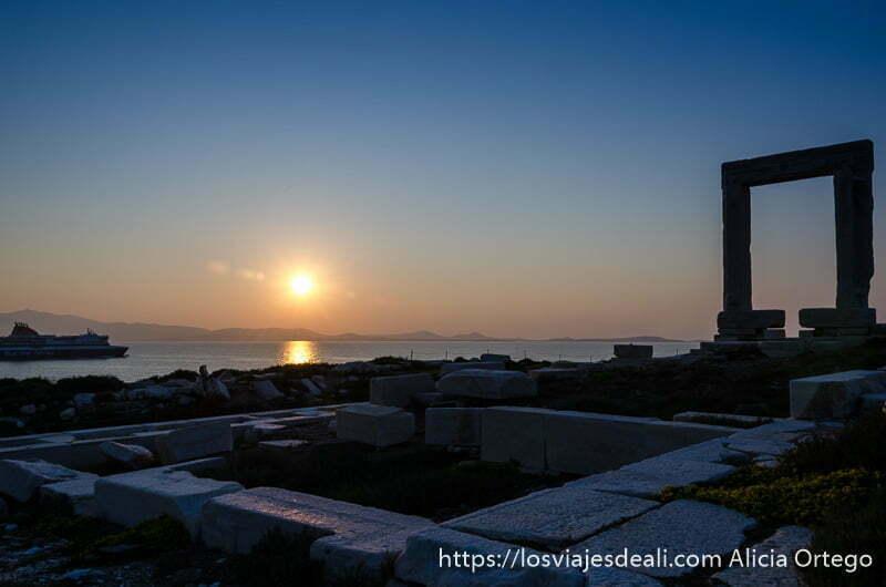 restos del templo de apolo, sol poniéndose y portara de la capital de naxos atardeceres del mundo