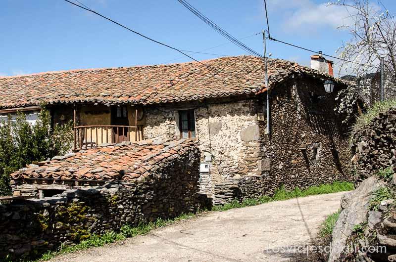 casa de piedra antigua en cardoso de la sierra