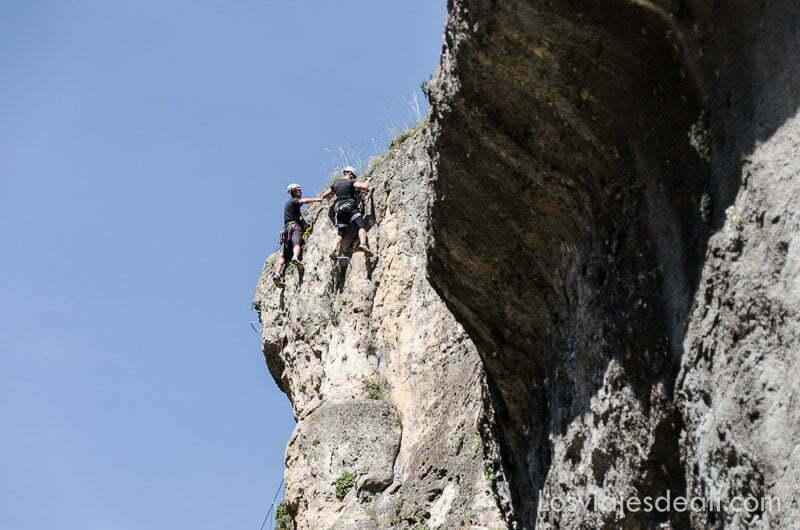 dos escaladores subiendo un cortado de roca fin de semana de actividades en cuenca