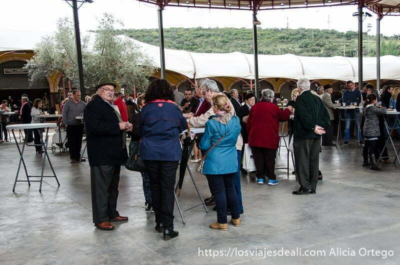 grupo de personas alrededor de una mesa en la feria de jamón ibérico