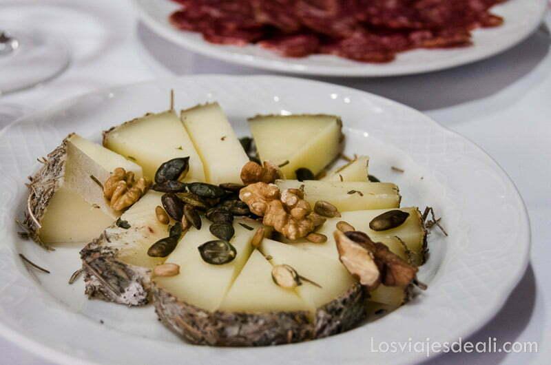 plato de queso con pipas de calabaza comer en cuenca