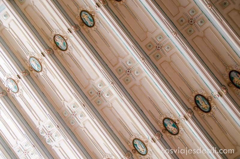 detalle del techo de casa modernista con artesonado de madera pintado de rosa claro en sóller