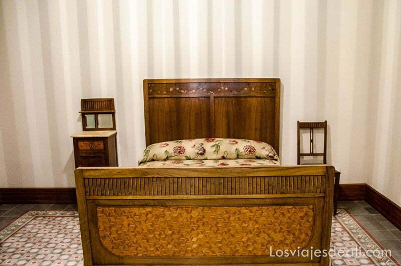 cama con estructura de madera en can prunera ruta por los pueblos de la tramontana