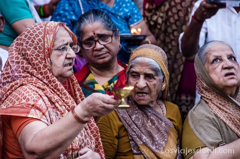 4 mujeres con sus saris y una lamparilla de ofrenda en Rishikesh