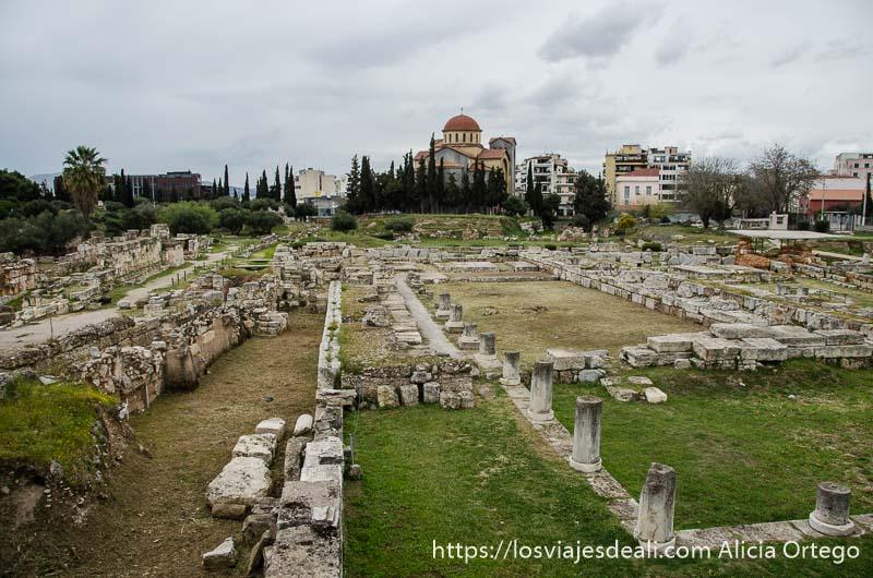vista del cementerio griego con iglesia ortodoxa de cúpulas rojas al fondo lugares de interés en atenas