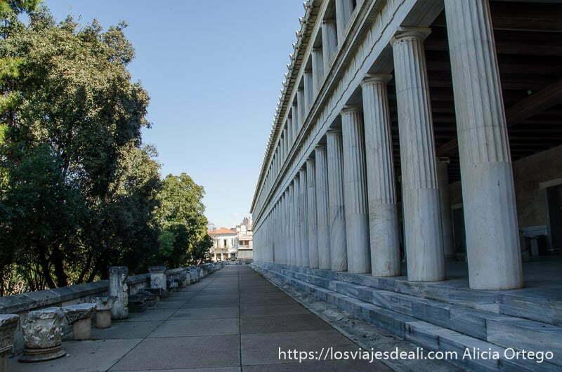 vista de edificio antiguo con larga fila de columnas lugares de interés en atenas