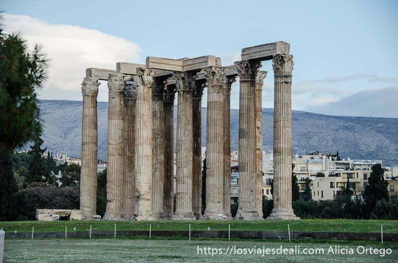 templo de zeus olímpico con enormes columnas de capitel corintio lugares de interés en atenas