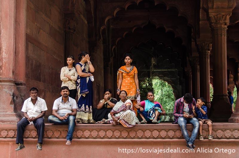 familia india sentados en el fuerte rojo qué ver en delhi
