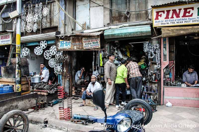 tiendas de repuestos de bicis, motos y coches qué ver en delhi