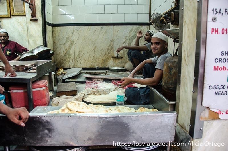 cocineros en la parte donde hacen los chapatis en el karim's restaurant qué ver en delhi