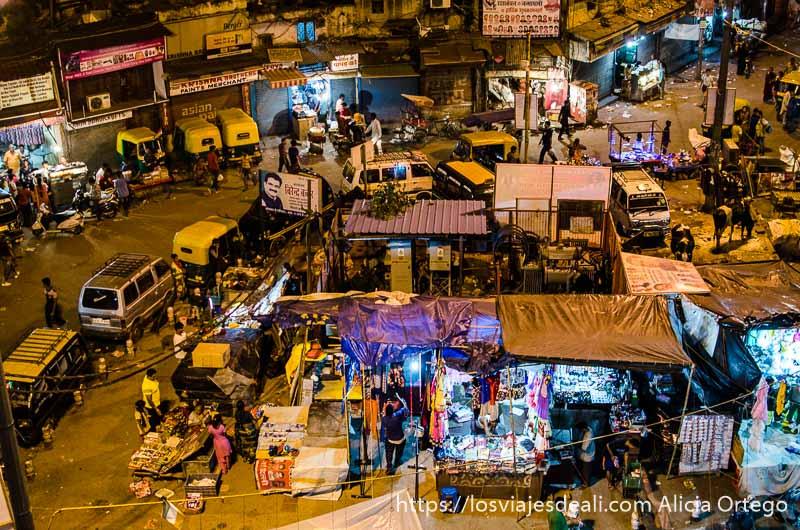 vista de plaza con mercadillo en el centro desde una terraza qué ver en delhi