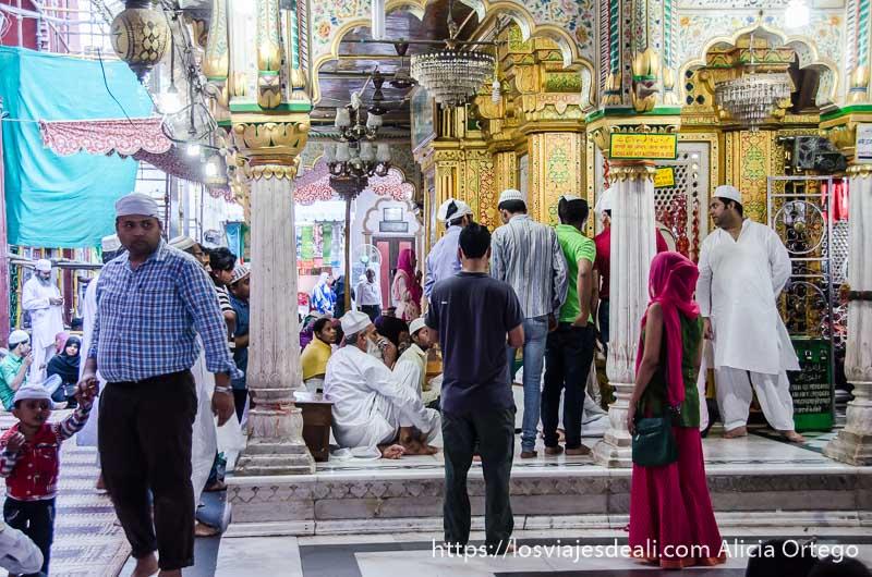 gente en el mausoleo con edificio central revestido de oro y cristales qué ver en delhi