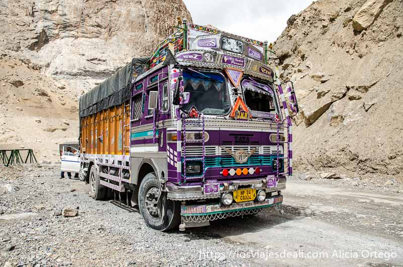 camión indio con cabina muy decorada con colores y repujados de metal carreteras del himalaya indio