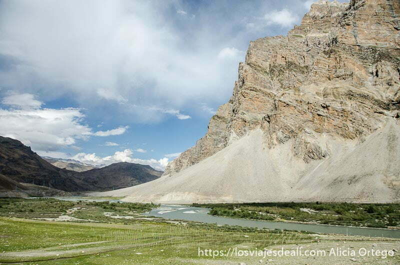 prados verdes y montaña de roca con base de arena carreteras del himalaya indio