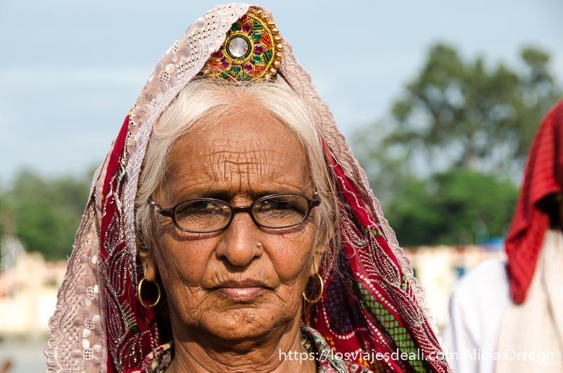 anciana con tocado en la cabeza que recuerda a una mantilla española en haridwar