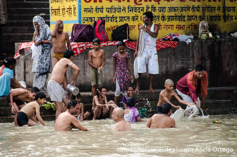 familias bañándose en el ganges en haridwar