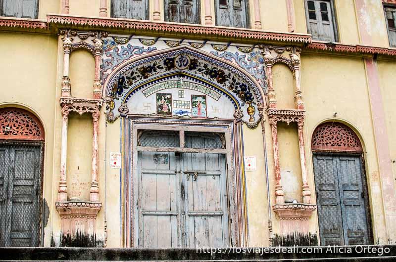 fachada de palacio indio antiguo en rishikesh