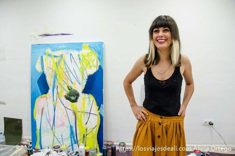 artista con uno de sus cuadros de arte abstracto un fin de semana diferente en torremolinos