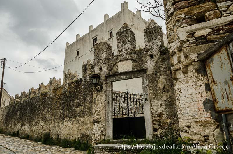 casona con muro de piedra con almenas pueblos del interior de naxos