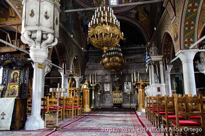 interior de iglesia ortodoxa con grandes lámparas y alfombras pueblos del interior de naxos