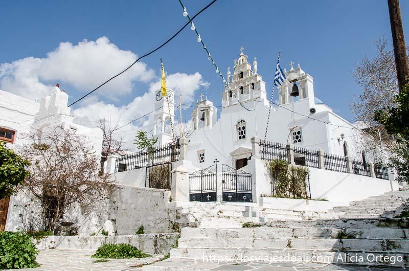 iglesia encalada con campanario con tres campanas pueblos del interior de naxos